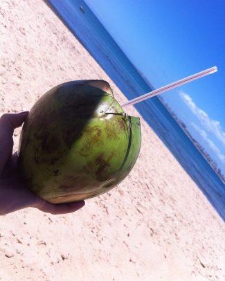 """Já cantava a saudosa Sarajane... """"a solução é fazer a plantação de coco..."""" (ai, entreguei a idade😁) Parece que tabelaram para o verão 2016, coco verde nas areias de Salvador: $4. Na orla, ainda é possível encontrar por $3."""