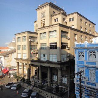A sede da Secretaria de Segurança Pública da Polícia Civil da Bahia possui inspiração e características do Art Decó, movimento marcado por linhas retas ou circulares, formas geométricas e design abstrato, é um dos prédios mais emblemáticos da capital baiana.