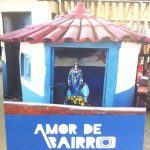"""Já no Rio Vermelho, conferindo a mostra """"Amor de Bairro"""": uma exposição que reúne fotografias de moradores locais, que segue na Vila Caramuru até o dia 27/12. O @amordebairro, como o nome sugere, retrata o olhar apaixonado de quem conhece de perto o cantinho mais boêmio de Salvador. Com cliques que refletem o carinho e a singularidade do lugar, tem variados registros, entre eles, o de @terezapaim, @liciafabio e do pescador José Roberto Nascimento, que fez esse lindo registro (foto!) e legenda: """"Agradecemos à Mãe das Águas porque ela nos deu uma casa para a gente colocar nossa cabeça e nossos materiais de pesca"""". Exposição especial na #VilaCaramuru que faz jus ao nosso amado Rio Vermelho!"""