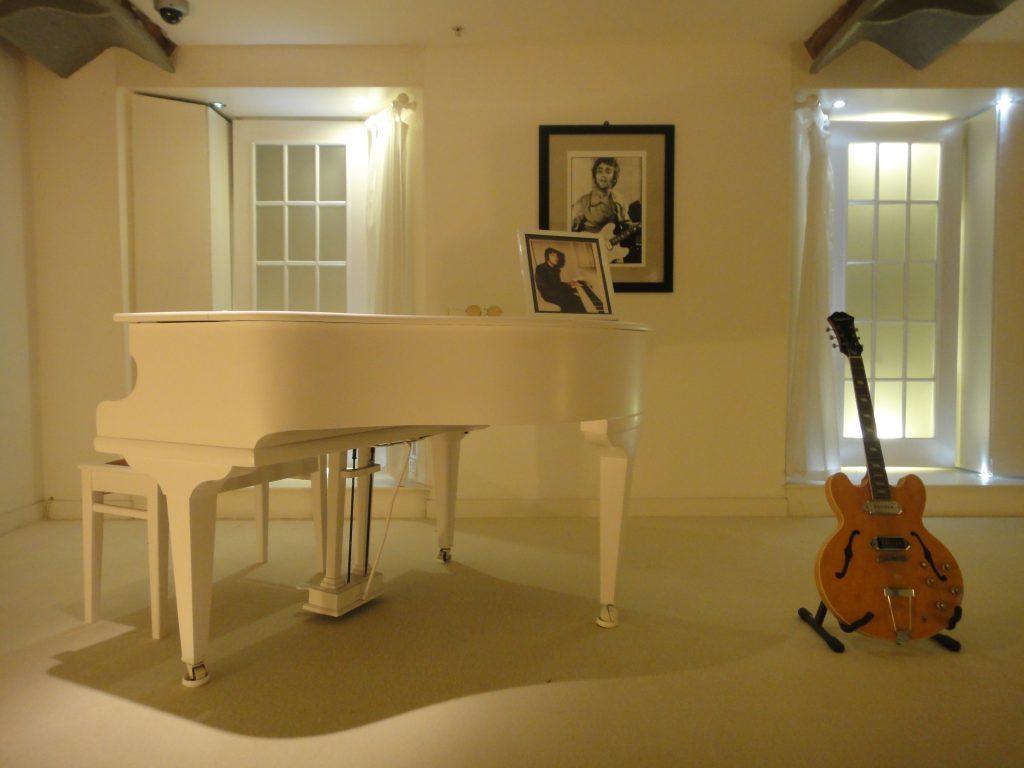 O piano e os famosos óculos redondos usados por John Lennon