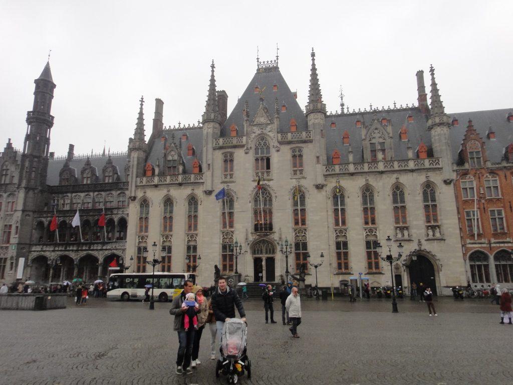 Ao lado esquerdo, o Historium e, do lado direito, o Palácio Provincial