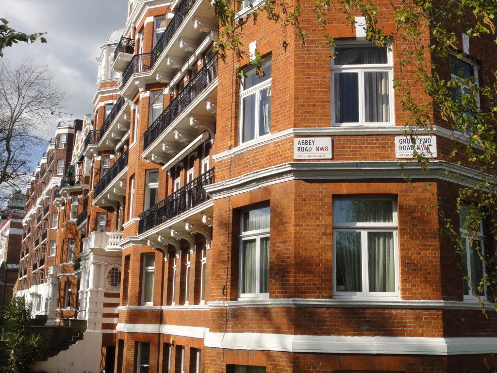 Confesso que desejei morar neste prédio que é maravilhoso e fica bem ao lado da bendita faixa, rs.
