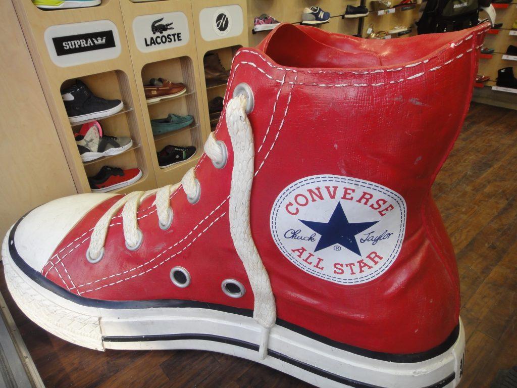 All Star gigante em umas das lojas de sapato de Camden Town
