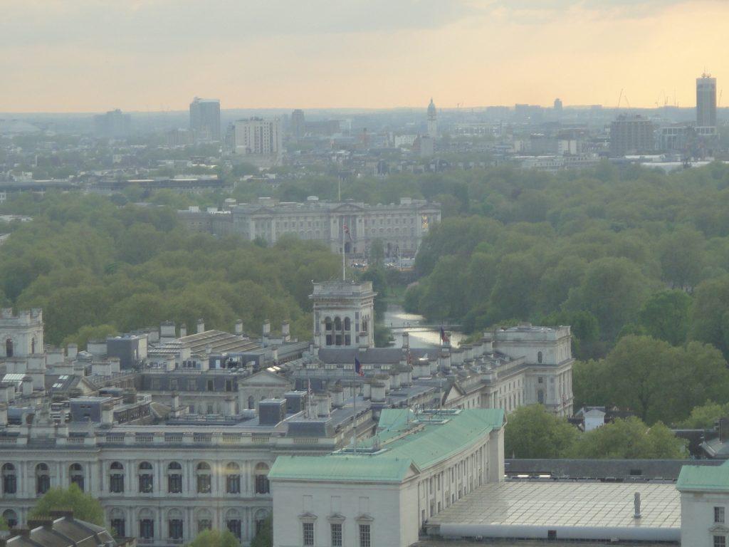 O Palácio de Buckingham ao fundo e o Foreign Office (órgão que proteger os interesses britânicos em todo o mundo)