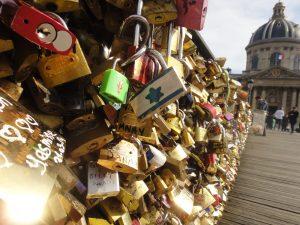 """Uma breve reflexão sobre os """"cadeados do amor"""" em viagens"""